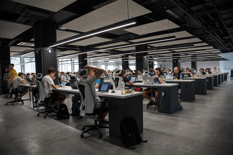 centre d'affaire : de nombreuses personnes assises devant leur PC, grand open space