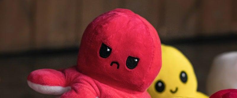 photo de mahdi bafande sur unsplash.com - Une peluche pieuvre rouge mécontente