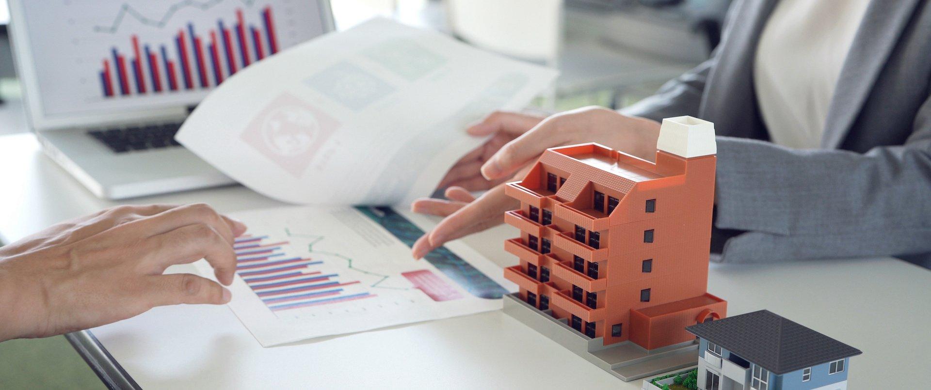 2-personnes-bureau-statistiques-promoteurs-immobiliers